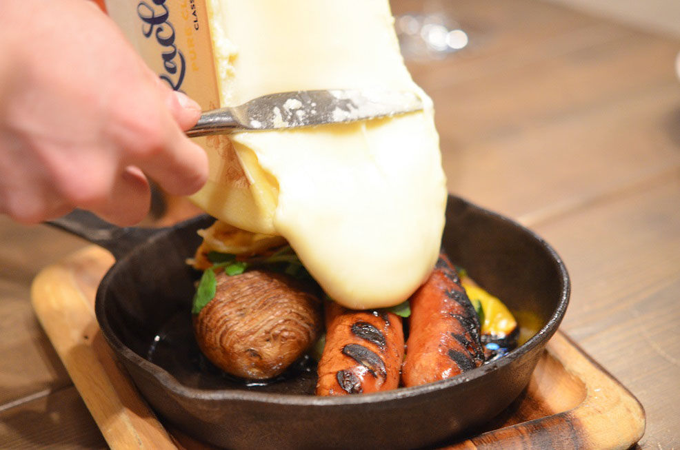 「Cheese_Cheers_Cafe」さんのラクレットチーズ、ソーセージ